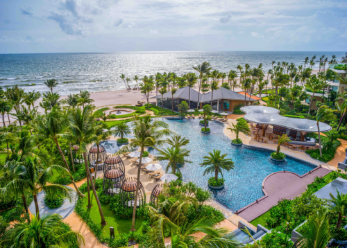 Không gian khách sạn InterContinental Phú Quốc được bao bọc bởi cây xanh