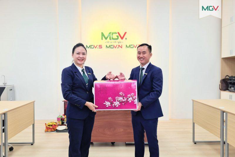 Giám Đốc MGV.N quản lý tại Hà Nội tặng quà cho Giám đốc MGV.P Phú Quốc
