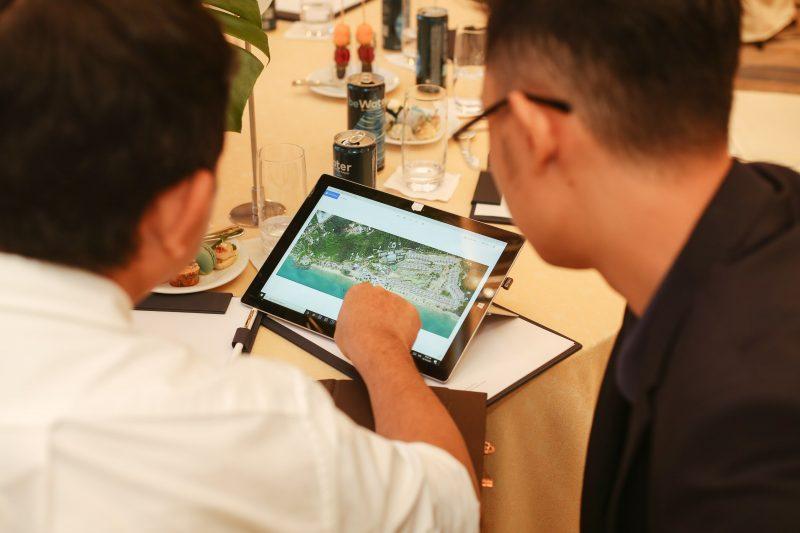 Khách hàng quan tâm tới dinh thự Park Hyatt Phu Quoc trao đổi với chuyên viên tư vấn